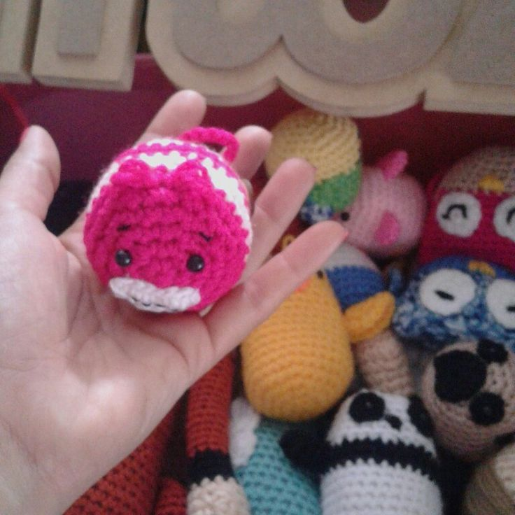 Colección Mozzie tiny. el gato rison de Alicia en el país de las maravillas. Amigurumi doll. gato rosa. Crochet ganchillo hecho a mano