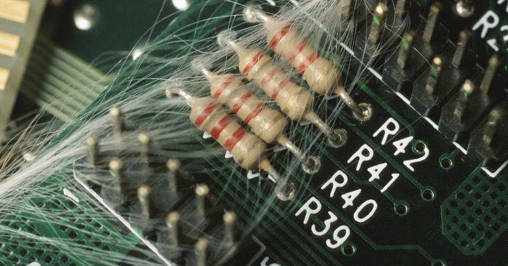 """Cores de um resistor de 2,2K. Os resistores são componentes eletrônicos que realizam várias funções, de acordo com o circuito no qual estão inseridos. O seu valor resistivo é medido em """"ohms"""". A letra K é usada para designar 1.000. Por exemplo, um resistor de 2.200 ohm pode ser expressado como 2,2K. O valor de cada componente é indicado por uma série de faixas coloridas ao ..."""