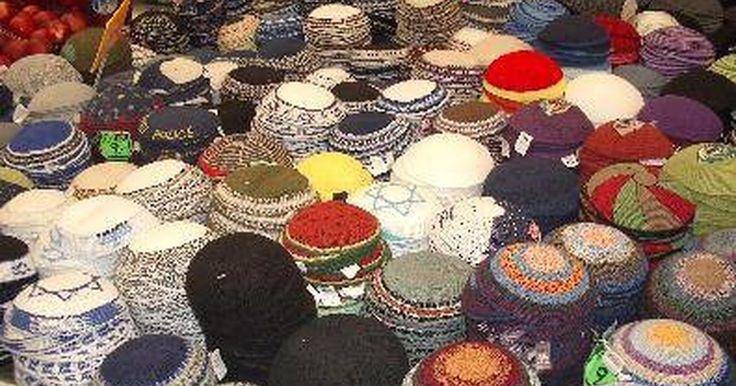 """Como fazer um Quipá (Kippah). Um quipá (kippah, ou no plural kippot) é um pequeno chapéu usado por homens judeus na sinagoga ou quando estão rezando. O quipá também é conhecido em ídiche, língua judaica, como """"yarmulke"""". Os quipás estão geralmente disponíveis na porta de uma sinagoga para quem estiver visitando; entretanto, se você precisa ter o seu próprio quipá, eles são bem ..."""
