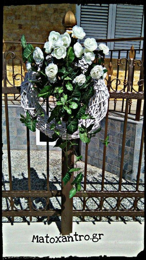 Μπαμπού στεφάνι στα κάγκελα με σύνθεση λουλούδια και πρασινάδα!!!Στολισμός γάμου σε σπίτι!