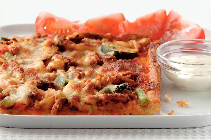 Shoarmapizza met knoflooksaus - Recept - Allerhande