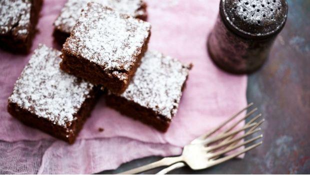 Cuketa má zcela neutrální chuť, takže se hodí i do sladkých moučníků. O jednoduchý recept na vláčný perník s cuketou se s námi podělila Markéta z food blogu Kitchenette.cz.