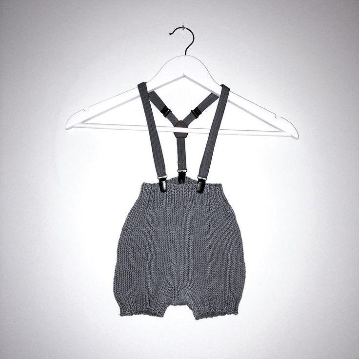 Strikkashorts med seler til jul / Knitted shorts for christmas🔴 #knitting #strikkepinner #strikkedilla #strikking #strikktilbarn #guttestrikk #juleantrekk #knittingaddict