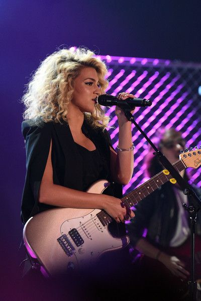 Tori Kelly performs on stage at the 2015 Nickelodeon HALO Awards