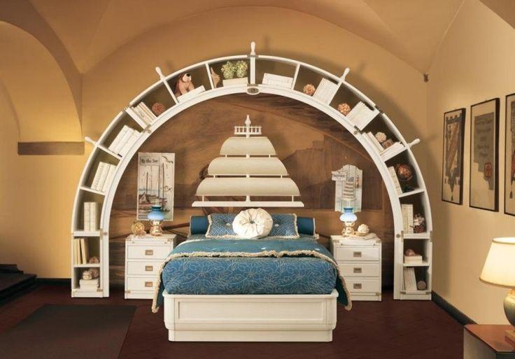 Weißes Wandregalsystem und Bett mit Segel-Kopfteil