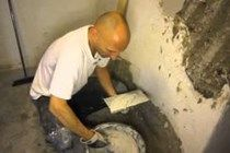 Kellerwände in einem feuchten Keller polieren