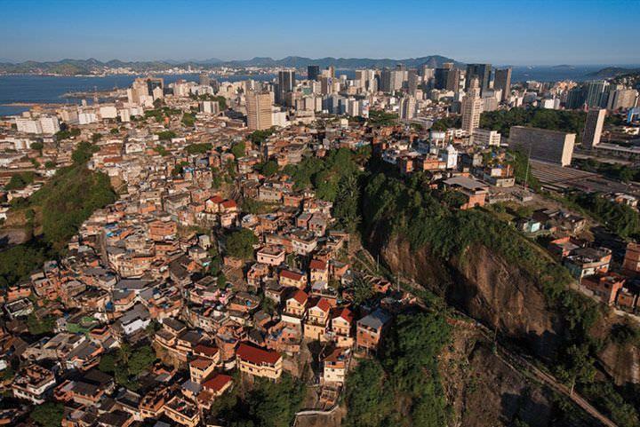 exposicao-fotos-aereas-yann-arthus-bertrand-a-terra-vista-do-ceu-favela-da-providencia-zona-portuaria-rio-de-janeiro.jpg (720×481)
