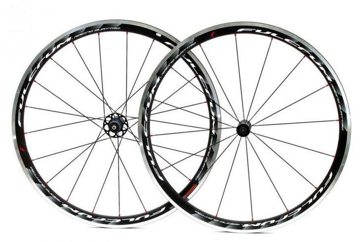 Estas increíbles ruedas para ciclismo Fulcrum Racing Quattro cuenta con un perfil de 35mm, este juego de ruedas es tan livianamente aerodinamico que pesa tan solo 1,73kg.