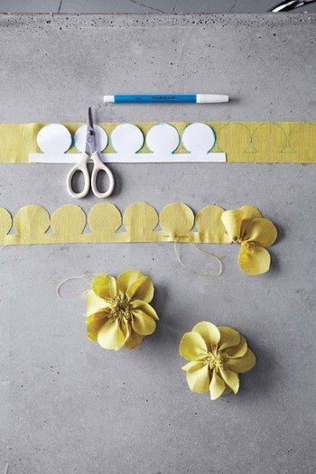 【パンジー】 布を約5cm×90cmの大きさにカットして下さい。(小さいお花を作る場合は、約4cm×75cmになります) 型紙を布にトレースしていきます。 写真のように、下の部分をぐし縫いします。約10cm程縫ったら、糸を引っ張り布を寄せて花びらのようにし、ほぐれないよう中心部分を糸で留めます。同じ作業を繰り返して、花びらの束を数個作ります。 花びらの束を、一つの花の形に見えるようにねじって重ね合わせたら、中心部分を縫ってしっかりと固定させます。 布を小さくカットしたものを、後ろ側に留めれば出来上がり。ボンドで留めても大丈夫です。