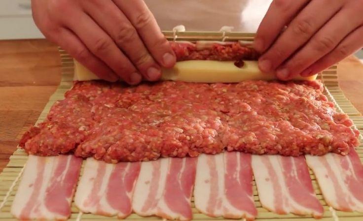 Het recept van deze video combineert het proces van de voorbereiding van sushi. In plaats van rijst en vis, rolt deze chef 500 gram gehakt en kaas in 12 dunne plakjes spek en smeert het in met barbecuesaus. Garneer naar wens (in dit geval, bijvoorbeeld, worden er geroosterde uien gebruikt) ... Eet smakelijk!