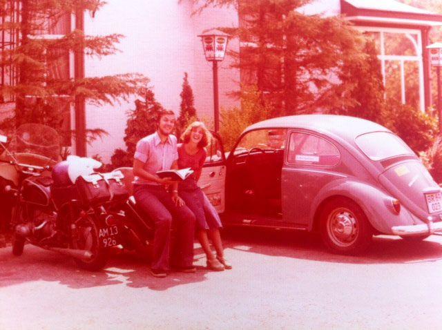 Ingeborg Rørbye, 66, København. På en ferietur til Frankrig var vi to par som mødtes i Holland, hvor billedet er taget. De kom nede fra Frankrig og vi var på vej derned. Vi havde købt en gammel folkevogn, som brød sammen flere gange undervejs, og det andet par havde motorcykel med sidevogn (1976).