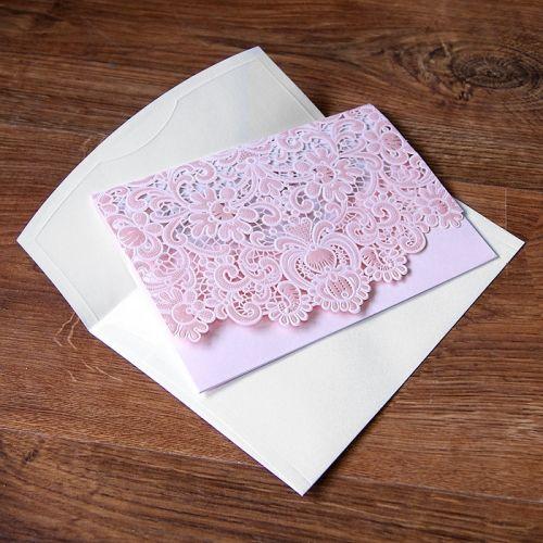 A meghívó kiváló minőségű dekoratív papírból készül. Tartóként funkcionál a fedlap, amely kifinomult lézervágott mintával és dombornyomással díszített. A betétlap gyöngyházfényű fehér. Boríték tartozik a meghívóhoz.   Megrendelés menete:  -    Megrendelés leadás   -  A megrendelés visszajelzésben található linken elküldeni     a meghívóba szánt szöveget.   -  megrendelést követő 5 munkanapon belül látványtervet     küldünk ellenőrzésre.   -    Jóváhagyás, innen…