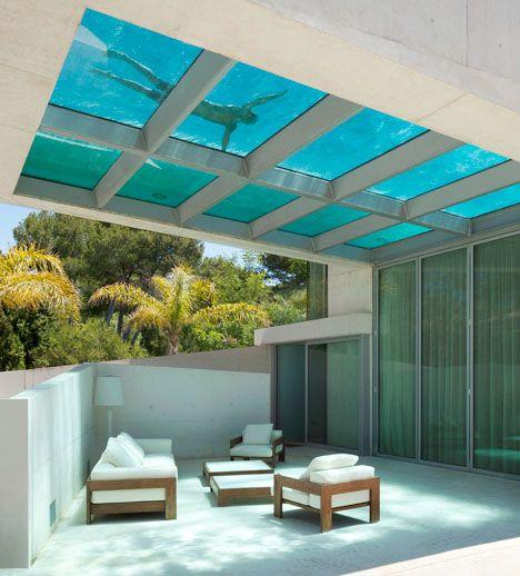 Una casa diseñada con Piscina en el techo.  Jellyfish House: Cantilevered Rooftop Pool with Glass Floo #architecture #design