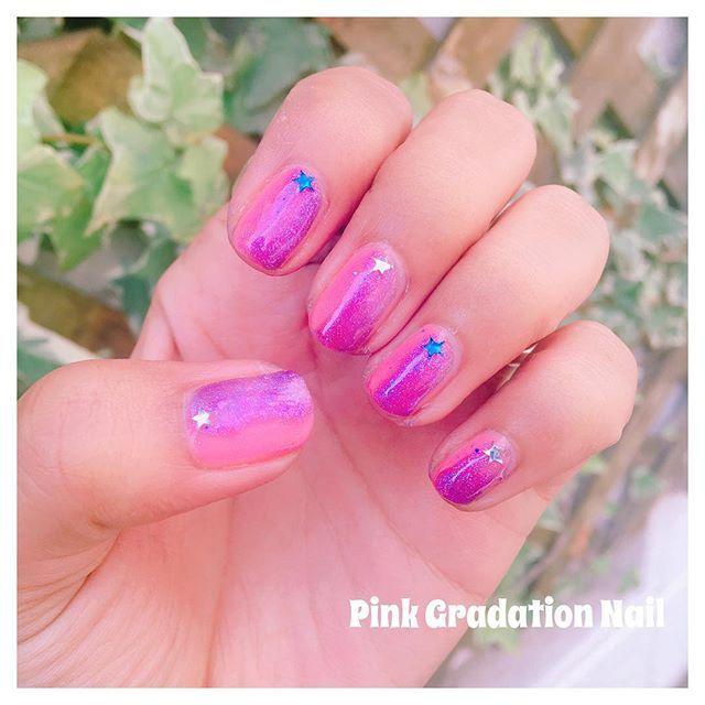 蛍光色に飽きたから珍しくピンクグラデーション✌('ω') 次はレインボーにでもしようかな🏳️🌈 * #ジェルネイル #ウィークリージェル #homei #プチプラ #ネイル #セルフネイル #セルフネイル部 #ピンク #グラデーション #グラデーションネイル #nail #nails #selfnail #gelnail #pink #gradation #gradationnail #star