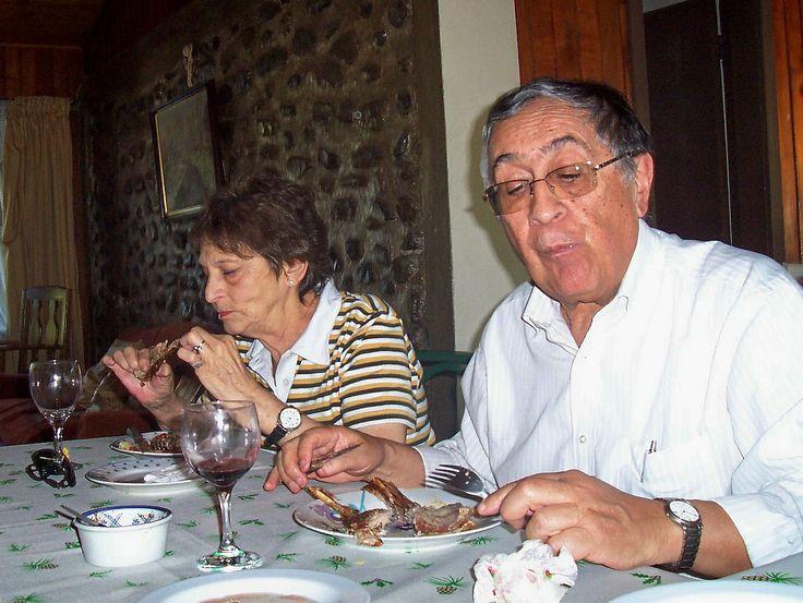 Polcura Marzo 2009. Con mi negro. comiendo chivito en cumpleaño.