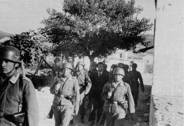 Η σύλληψη του Δημήτρη Δροσάκη, εργαζόμενου στην Αγροτική Τράπεζα. Οδηγείται προς εκτέλεση επειδή υπερασπίστηκε το χωριό του από την εισβολή των Ναζί