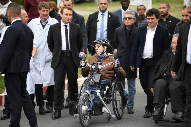 Le candidat d'En Marche! Emmanuel Macron  lors d'une visite de l'hôpital de Garches , en compagnie du Dr Patrick Pelloux , syndicaliste et médecin urgentiste