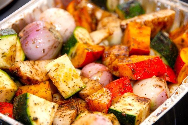 Sådan laver du de bedste ovnbagte grønsager og rodfrugter i fad. Grønsagerne vendes med balsamico, rørsukker og timian. Til ovnbagte grønsager og rodfrugter til fire personer skal du bruge: 8 skalo…