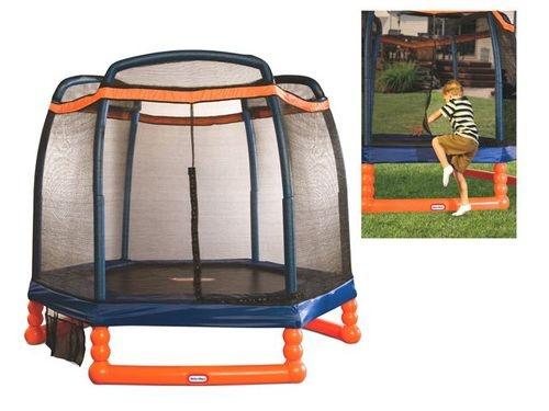 Little Tikes trampoline, speciaal geschikt voor kinderen van 3 tot 10 jaar. Met duurzaam kunststof frame, hoge kwaliteit beschermrand voor over de veren en stevig veiligheidsnet. Incl. schoenenzak. Diameter: 213 cm.