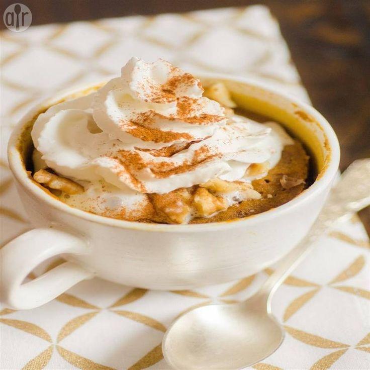 Pompoenpuree, ei, bruine basterdsuiker en kruidige specerijen worden gecombineerd in een mok, en gebakken in de magnetron, voor een snelle, decadente cake voor 1 persoon! Serveer met wat slagroom of ijs, indien gewenst.