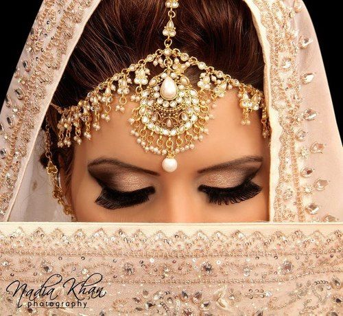 South Asian Bride – Love her makeup and ornaments! #southasianbride #southasianwedding #desibride
