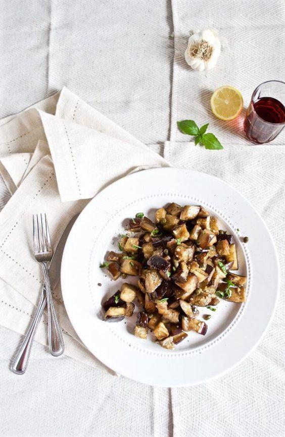 Les ingrédients principaux : aubergine + câpres + ail La technique : On fait chauffer de l'huile d'olive dans un poêle, on ajoute des cubes d'aubergine, du sel, du poivre, et on laisse cuire en déglaçant avec un peu d'eau dès que cela s'avère nécessaire. Après 10 min de cuisson, o...