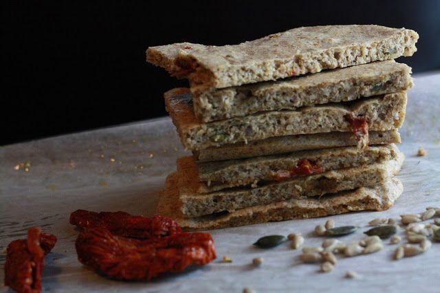 Ořechové chlebové placky se sušenými rajčaty  http://www.veseleboruvky.cz/2013/04/orechove-paleo-chlebove-placky-se.html