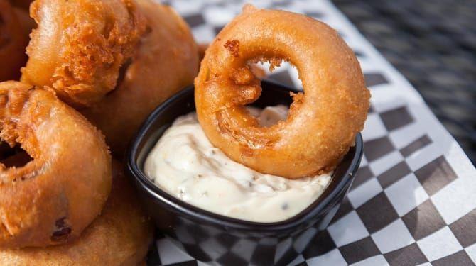 K cibuľovým krúžkom sa hodí aj chutný díp, kečup či majonéza.