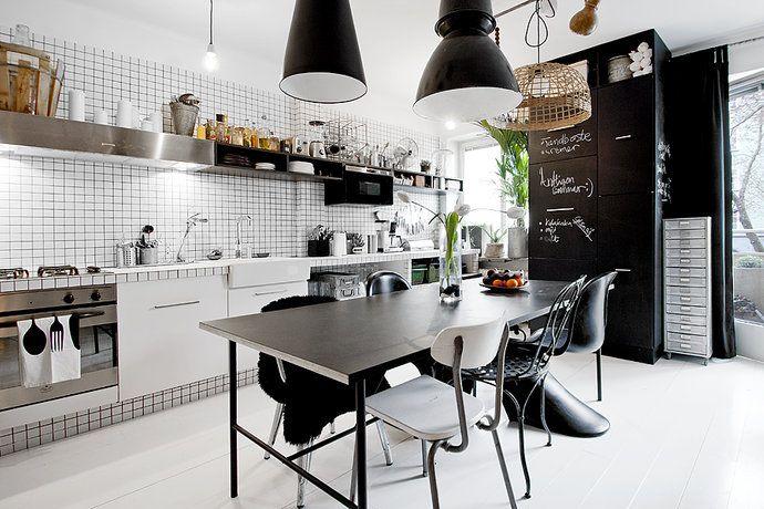 Black and white kitchen: Kitchens Interiors, Kitchens Design, Small Apartment, Black And White, Industrial Kitchens, Kitchens Ideas, Black White, Modern Kitchens, White Kitchens