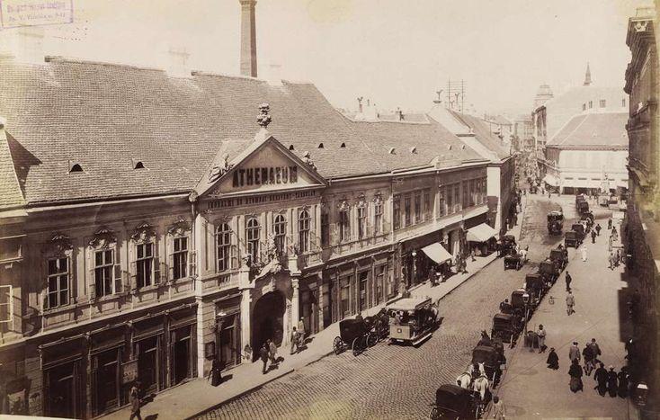 Ferenciek tere a Reáltanoda utcától a Kossuth Lajos utca felé nézve. Hátul szemben a Petőfi Sándor (Koronaherceg) utca, balra az Athenaeum Irodalmi és Nyomdai Rt. épülete. A felvétel 1894-ben készült. A kép forrását kérjük így adja meg: Fortepan / Budapest Főváros Levéltára. Levéltári jelzet: HU.BFL.XV.19.d.1.07.158