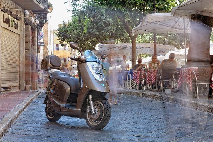 Scooter électrique Artelec 670 dans les rues de Grasse