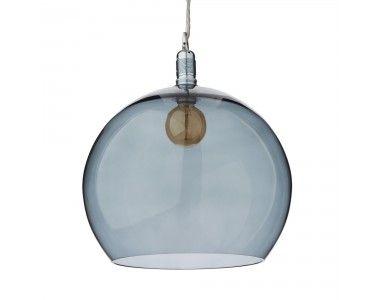 Für unsere Pendelleuchte Ribe verarbeiten unsere Partner in Dänemark hochwertiges, mundgeblasenes Glas zu einem Design, das Eleganz und Leichtigkeit ausstrahlt. Die runde Form der Lampe und der sanfte Farbton harmonisieren mit der silbernen Aufhängung und streuen das Licht sanft im Raum, die feinen Farbnuancen des Glases kreieren stimmungsvolles Licht.