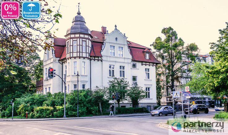 Mieszkanie o powierzchni 120 m2 znajdujące się w Sopocie Dolnym, najbardziej pożądanej lokalizacji w Trójmieście. Apartament w jednej z piękniejszych kamienic z początku XX wieku w Sopocie Spacer na plażę oraz najsłynniejszy deptak w Polsce - Monte Cassino zajmuje dosłownie kilka minut.