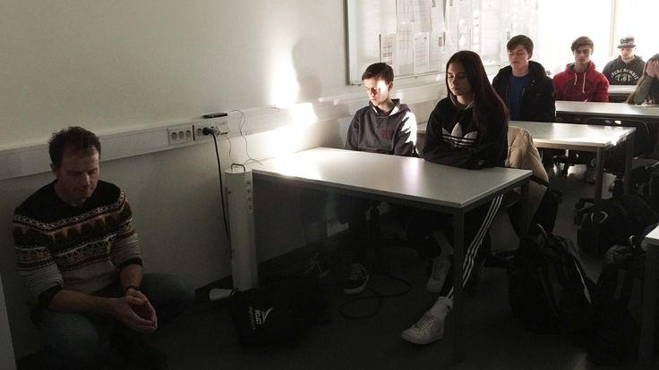 Skolen var lei av å se at mobilen og sosiale medier stjal konsentrasjonen til elevene. Nå har de laget en treningsplan for å få elevenes oppmerksomhet tilbake.