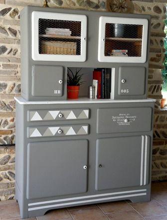Un relooking en toute sobriété pour cet ancien vaisselier vintage des années 50. Un style moderne avec un rappel au graphisme scandinave. Toutes les portes s'ouvrent ainsi que - 20971873