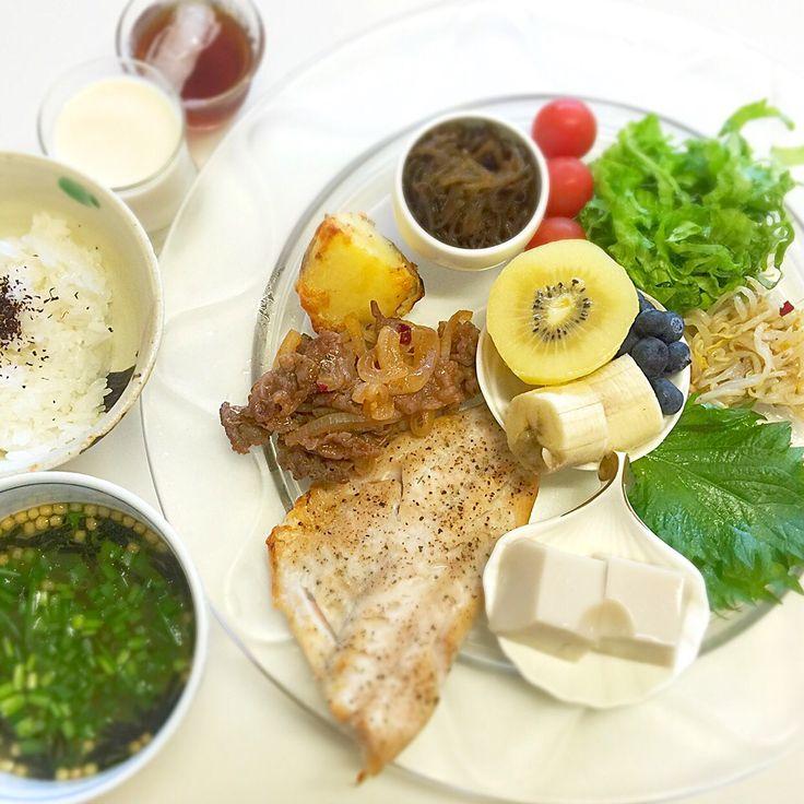 """Dr. Yumi Nishiyama's """"The Original Diet Plate"""" for beauty & health from japanese doctor‼️  Clockwise eating healthy foods from 12 o'clock on a large plate❣️  2016年6月18日の「ドクターにしやま由美式時計回り食べダイエットプレート」:女性医師が栄養バランスを考えた、美味しいプレートのご紹介。  大きめのプレートに、血糖値を急激に上げないように考えた食材を並べ、12時の位置から順番に食べるとても分かり易い方法です。  血糖値を上げないこの食べ方は、身体に優しく栄養補給ができるので健康を維持できます。オリジナルの⭐️西山酵素⭐️も最後に飲みます。  ⭐️美女のスイッチ⭐️⭐️時計周りに食べなさい⭐️の西山由美医師の本もAmazonで購入可。  http://www.momohime-medical.com  #ダイエットプレート #dietplate #にしやま由美がセミナーも開催 #食べて痩せるプレート…"""