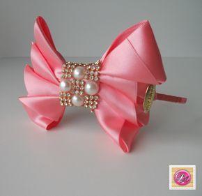 """Bela tiara com laço rosa, strass e perola. Para facilitar o mecanismo de busca, digite """"#decoarte tiara rosa"""" ou procure no mecanismo de busca """"elo7"""" selecionando """"loja"""" e digite """"Ateliê Deco Arte"""". Adquira produtos do Ateliê Deco Arte e se surpreenda!"""