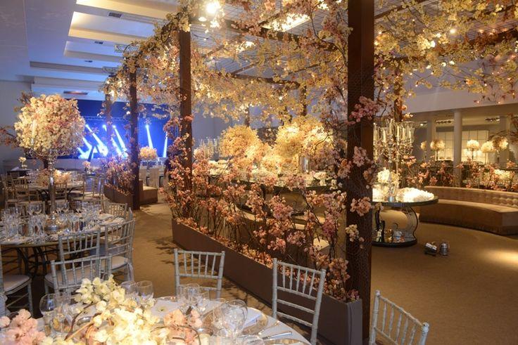 Paleta de cores em tons pastel: arranjos florais de André Pedrotti para uma recepção romântica - Foto: Fotom e Olhar de 3