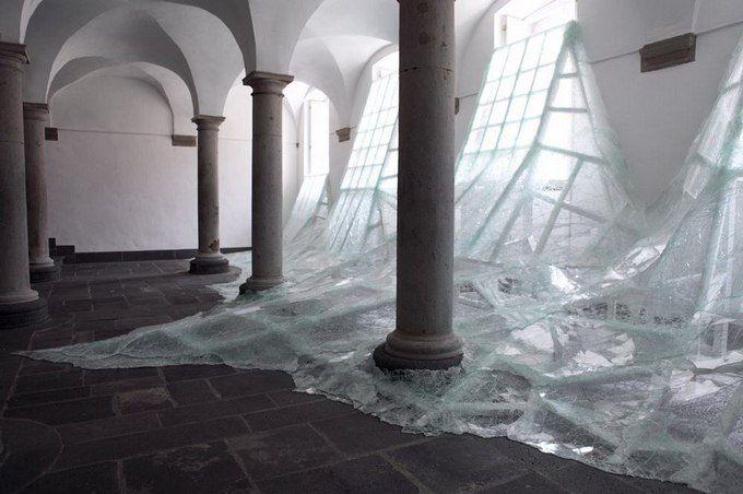 Французский современный художник Баптист Дебомбург (Baptiste Debombourg) представил новую инсталляцию под названием Aerial. Инсталляция находится в старом бенедиктинском монастыре Brauweiler Abbey и являет собой лавину битого многослойного стекла, напоминающую потоп.