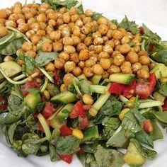 Körili nohutlu semizotu salatası 1 demet semizotu iri doğranmış Semizotu salata kabına alınır.üzerine küp doğranmış 2 domates,2 salatalık,2 közlenmiş kırmızıbiber,1 kutu Mısır,yarım demet kıyılmış maydanoz eklenir.üzerine nar ekşisi,tuz,pulbiber,zeytinyağ,limonsuyu ilave edilip karıştırılır.servis tabağına alınır.1 su bardağı haşlanmış nohut ocakta az sıvıyağda kavrulur.köri,pulbiber,karabiber tuz ilave edilir.salatanın üzerine yayılarak servis edilir.