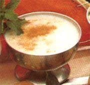 Arroz con leche   Ingredientes  1 litro de leche  1 taza de arroz  2 yemas de huevo  100 gramos de azúcar  cáscara de naranja  Canela en polvo   Preparación  1) Llevar la leche al fuego.  2) Cuando hierva, agregar el arroz, el azúcar y la cáscara de naranja. Dejar hervir a fuego lento.  3) Cuando el arroz está cocido, retirar del fuego para que se enfríe.  4) Batir las yemas con 3 cucharadas de azúcar. Agregarlas al arroz con leche mezclando bien.  5) Llevar nuevamente al fuego, hasta que se…