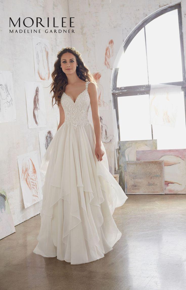 Piękna, koronkowa suknia ślubna Mori Lee z dekoltem w kształcie litery V i warstwową spódnicą. Inspirowana stylem boho suknia ślubna …