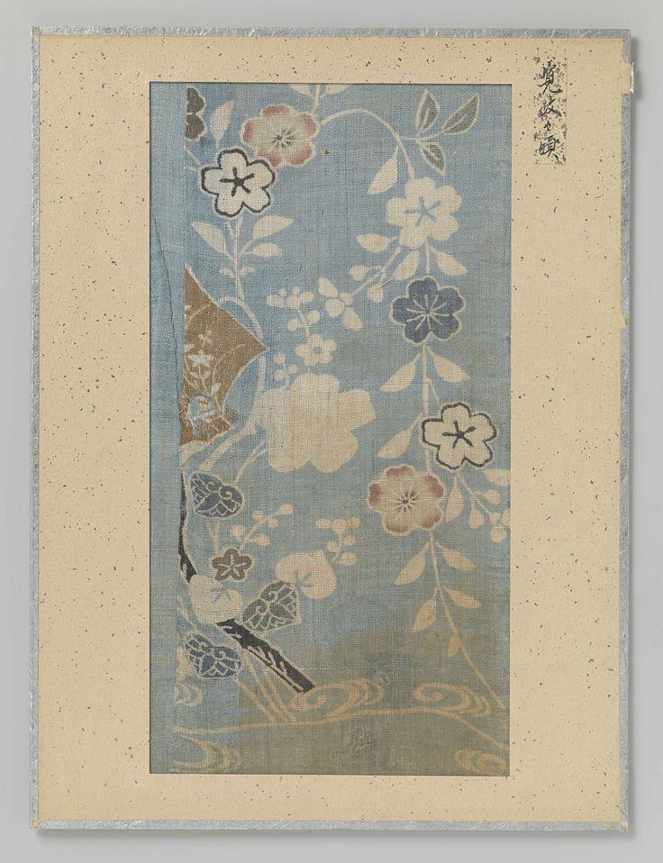 | Textielfragment, 1789 - 1801 | Textielfragment, druk van bloemen en bladeren op een lichtblauwe achtergrond.