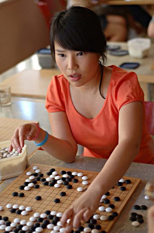 Kang Seung-heui playing weiqi.