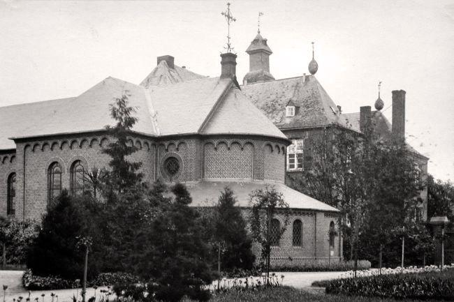 Kasteel Bleijenbeek, Tijdens het verblijf van de Jezuïeten op het kasteel is na 1875 naast de westvleugel van het kasteel een ruime kapel gebouwd. Deze is omstreeks 1920 gesloopt. Foto voor 1910 (wellicht voor 1900).