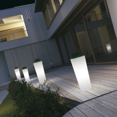 Vaso luce per esterni Schio cono. Espressione di un design moderno e lineare. Ideale per impreziosire, illuminare e delimitare spazi e contesti esterni.