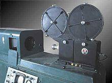 Kinéscope de Vladimir Zvorykine — Wikipédia.Le kinéscope est un dispositif permettant d'enregistrer sur une pellicule film (généralement 16mm) l'image qui apparaît sur un moniteur vidéo. La copie produite est un cinégramme. Le kinéscope a perdu son intérêt avec l'invention du magnétoscope. Avant l'avènement de l'enregistrement sur bande magnétique, le kinéscope était le seul moyen de conservation des émissions de télévision en direct.
