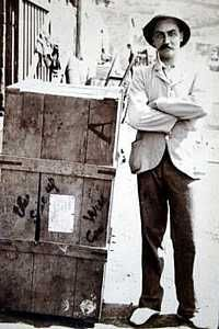 Andries Smorenburg and his crate [Saint Helena Island Info:Boer Prisoners (1900-1902)]