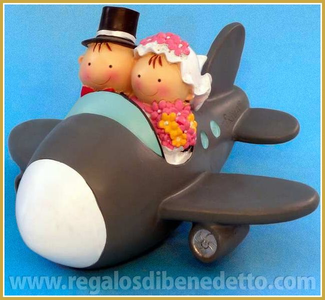Pareja de #Novios Pit y Pita de viaje en avión. Figura para #Tarta de #Bodas que es una hucha #Wedding #CakeTopper