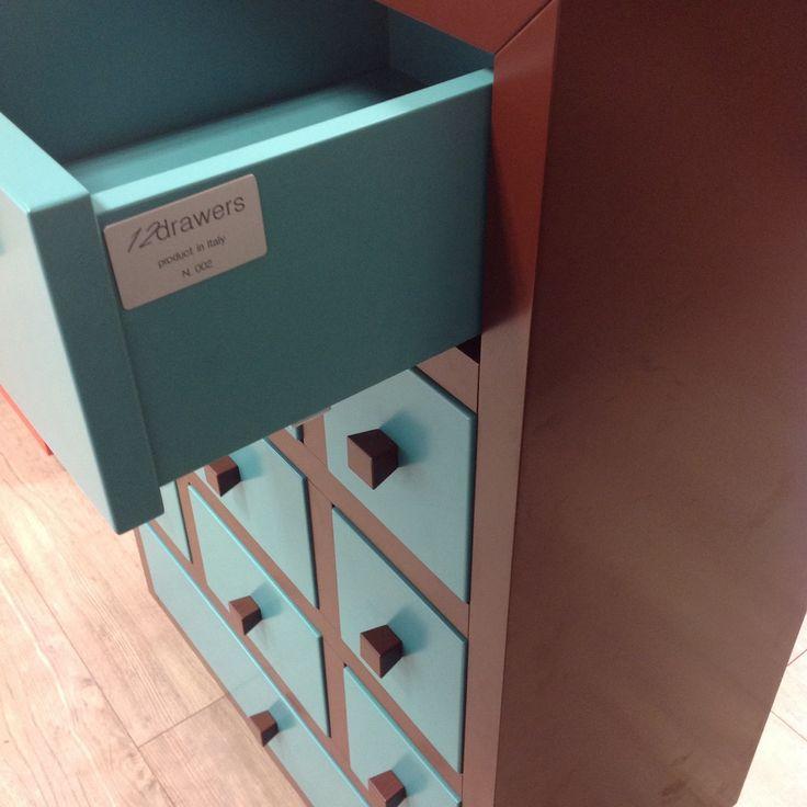 Dettaglio cassettiera e targa - 12drawers